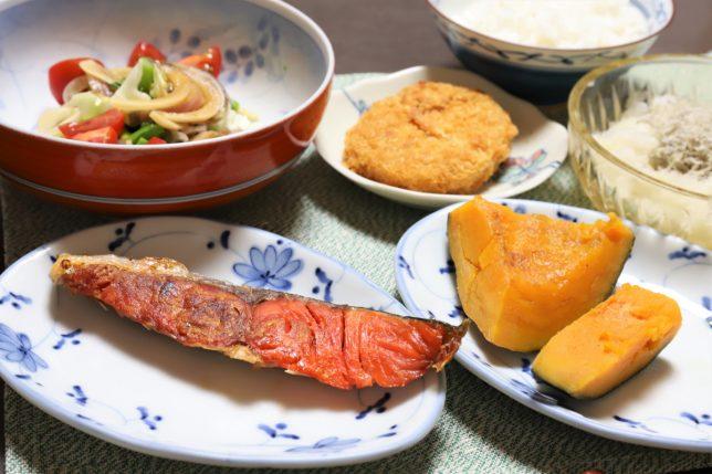 焼いた鮭やかぼちゃの煮物など、祖母(おばあ)が作った晩ごはんのメニュー