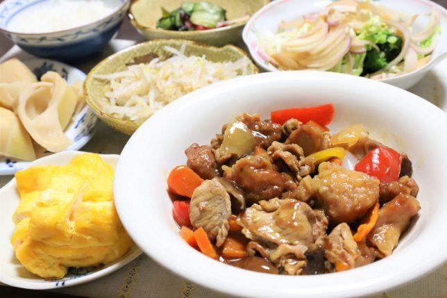 酢豚に鶏肉を入れた酢鶏豚や玉子焼きなど、祖母(おばあ)がつくった晩ごはんのメニュー