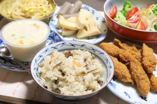 炊き込みご飯や総菜のフライドチキンなど、祖母(おばあ)が用意した晩ごはんのメニュー