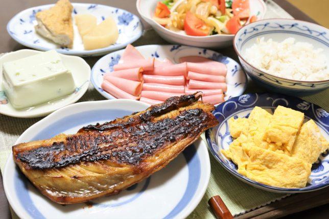 知らん魚の焼いたん、玉子焼き、ハムなど、祖母(おばあ)がつくった晩ごはんのメニュー