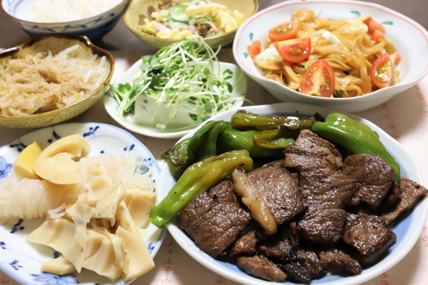 牛肉と万願寺とうがらしの焼いたものや、タケノコの煮物など、祖母(おばあ)が作った晩ごはんのメニュー