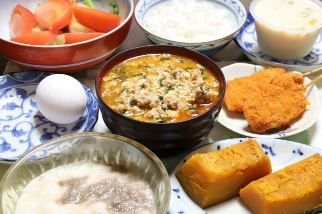 謎の中華風スープやとろろ、串カツなど祖母(おばあ)が用意した晩ごはんのメニュー