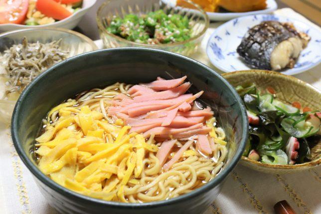 ラ王(錦糸玉子とハムトッピング)や焼き魚など、祖母(おばあ)がつくった晩ごはんのメニュー
