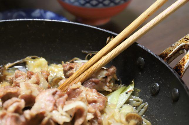 すき焼きを取り分ける菜箸
