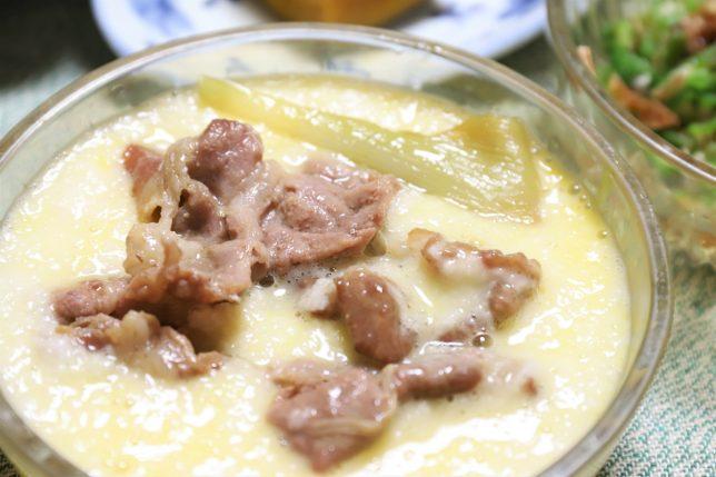 生卵入りとろろにすき焼きの豚肉を投入