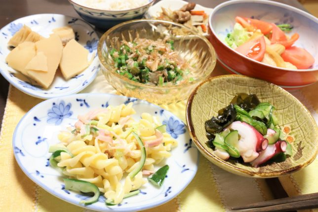 マカロニサラダや酢の物、煮物など祖母(おばあ)が作った晩ごはんのメニュー