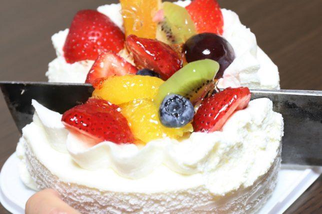 おばあが切り分ける敬老の日のフルーツケーキ