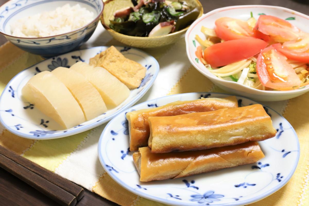 惣菜の揚げ春巻きや煮物など祖母(おばあ)が用意した晩ごはんのメニュー
