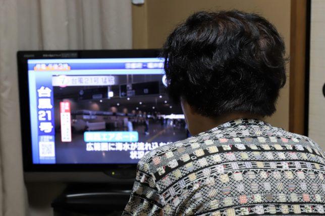 NHKの台風21号のニュースを見るおばあ