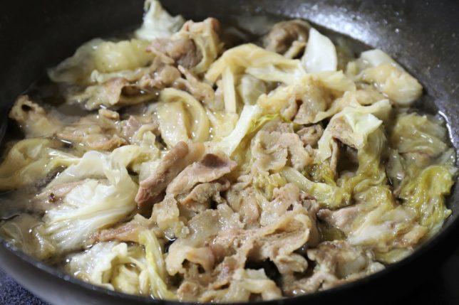 フライパンの中に入っている豚肉とキャベツの炒め物