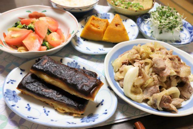 焦げた春巻きや豚肉の炒め物、南瓜の炊いたんなど、祖母(おばあ)が台風の日に作った晩ごはんのメニュー