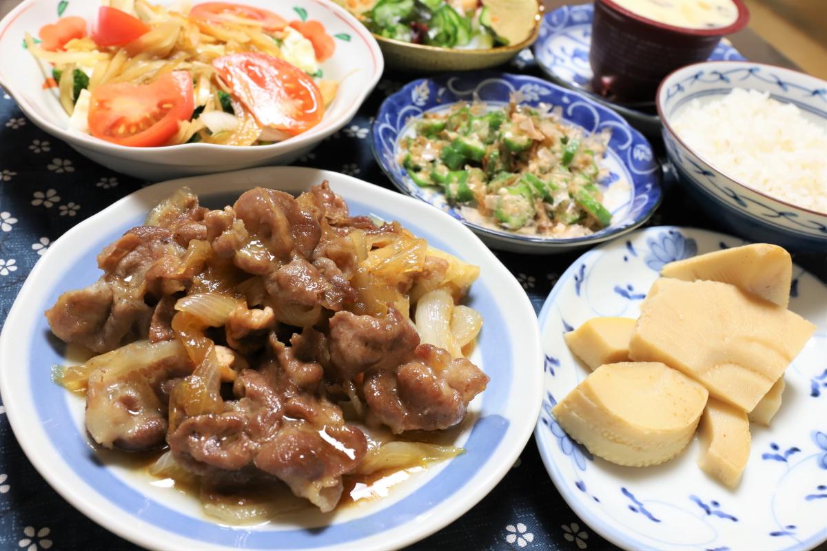 豚肉と玉ねぎの甘辛煮(豚丼の具)やタケノコの煮物など、祖母(おばあ)が作った晩ごはんのメニュー