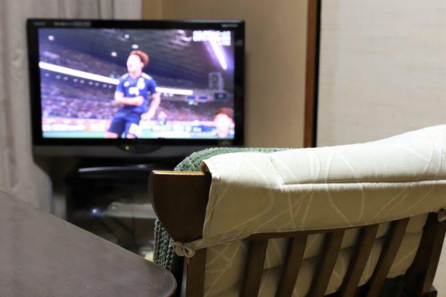 サッカー日本代表がゴールを決めたところがテレビに映っている