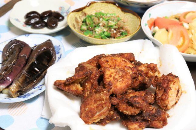 唐揚げやナスの煮物など、祖母(おばあ)が作った晩ごはんのメニュー