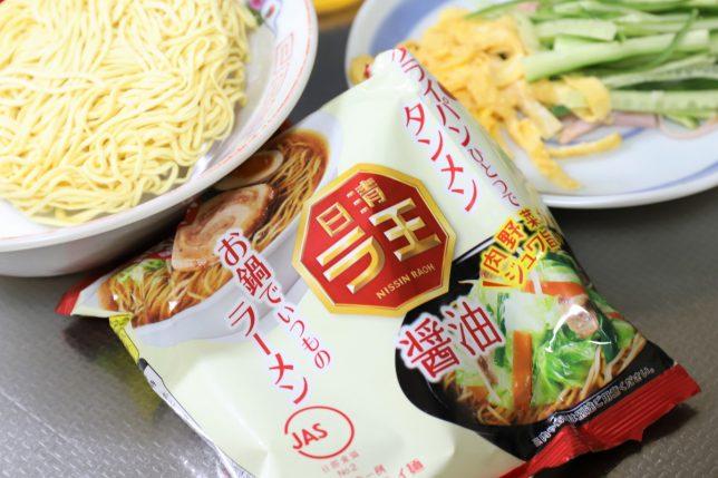 日清ラ王(醤油)のパッケージ、麺、用意した具材