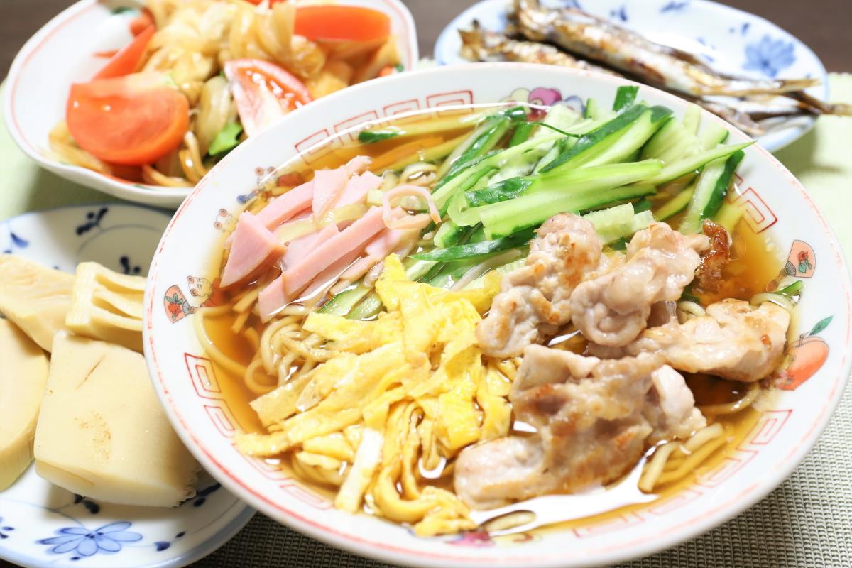 日清ラ王やシシャモ、タケノコの煮物など、祖母(おばあ)が作った晩ごはんのメニュー