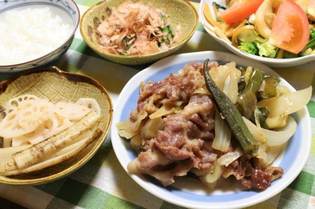 オクラ入り豚肉と野菜の炒め物など、祖母(おばあ)が作った晩ごはん