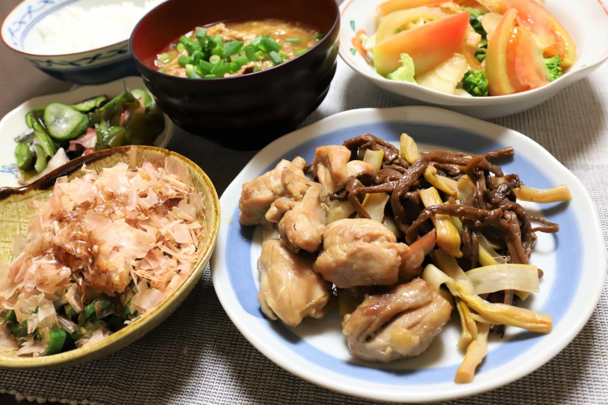 鶏肉とゼンマイとタケノコの煮物など、祖母(おばあ)が作った晩ごはん
