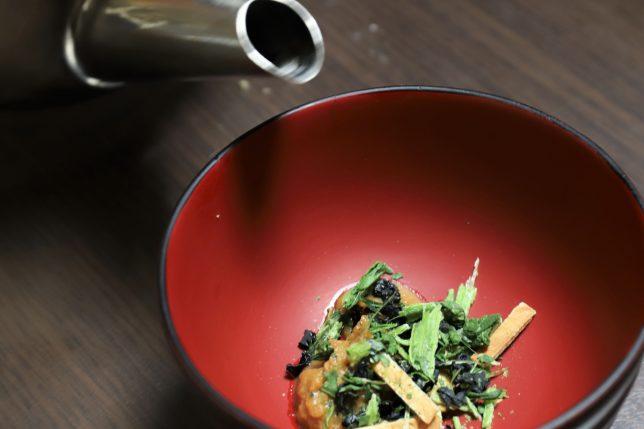 インスタント味噌汁(あさげ)にお湯を入れるところ