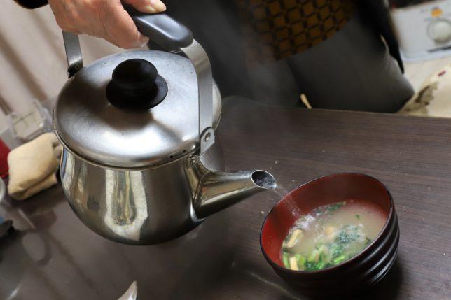 インスタント味噌汁(あさげ)にやかんのお湯を入れているところ