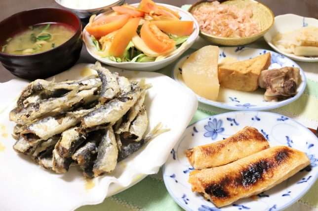 小アジの唐揚げや鮭のハラスの塩焼きなど、祖母(おばあ)が作った晩ごはん