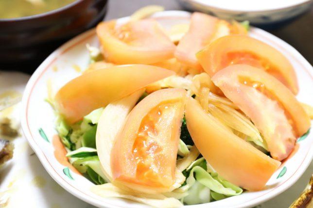 祖母(おばあ)が作ったトマトを乗せた野菜サラダ