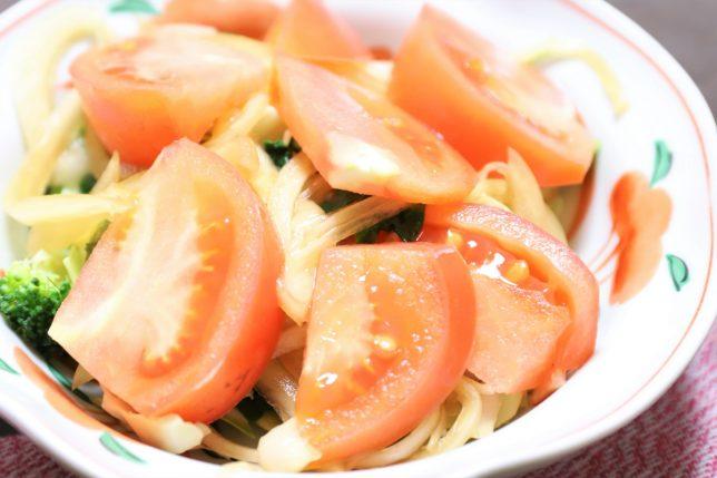 祖母(おばあ)が作ったトマトと玉ねぎを乗せたサラダ