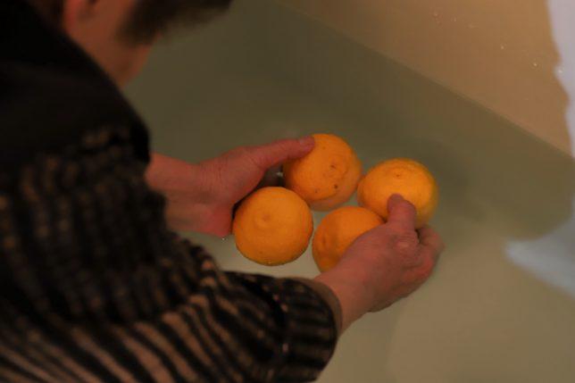 冬至に風呂に柚子を入れる祖母(おばあ)