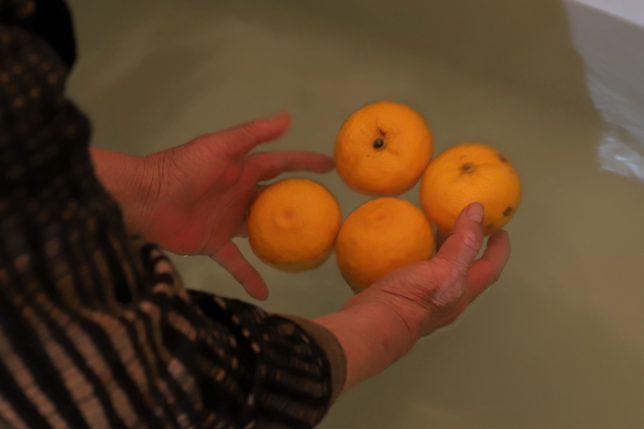 冬至の柚子湯をつくっている祖母(おばあ)