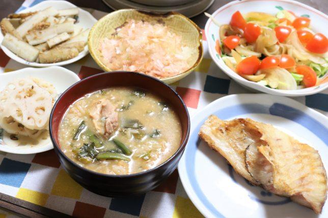 味噌味の七草粥や焼き魚など、祖母(おばあ)の作った晩ごはん
