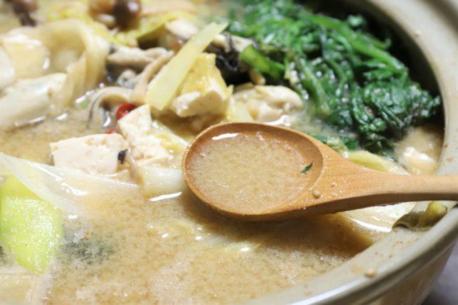 牡蠣鍋の味噌味のスープをすくっているところ