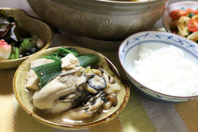小皿に取り分けた牡蠣鍋の具材など、祖母が作った晩ごはんのメニュー