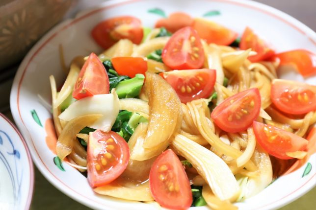 刻んだミニトマトや玉ねぎの醤油漬けなど、祖母(おがあ)が作った野菜サラダ