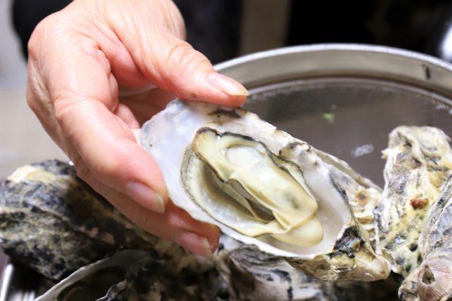 殻を開けた蒸し牡蠣