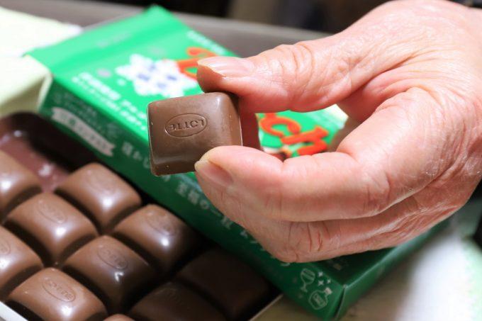 ロッテのチョコレート、バッカスをひとつ摘まんでいるところ