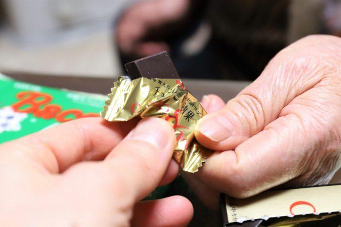 チョコレート効果CACAO86%を開けて、手渡しているところ