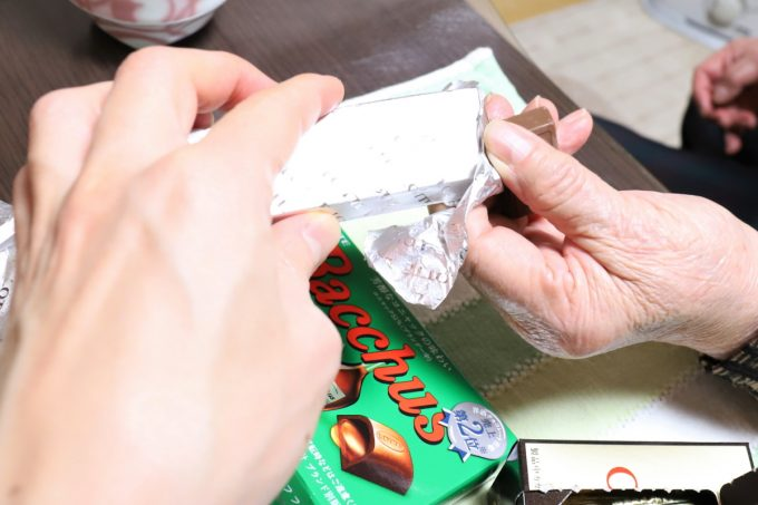 ロッテのチョコレート、ラミー(Rummy)を手渡しているところ