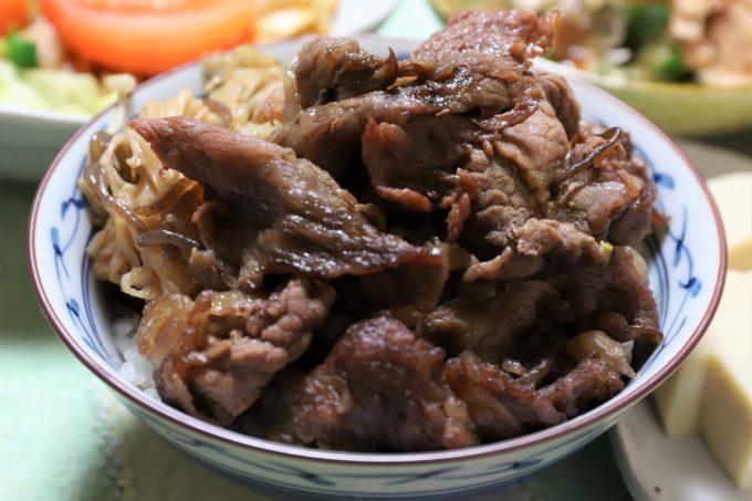 2日目のすき焼きの肉をごはんに乗せた、すき焼き丼