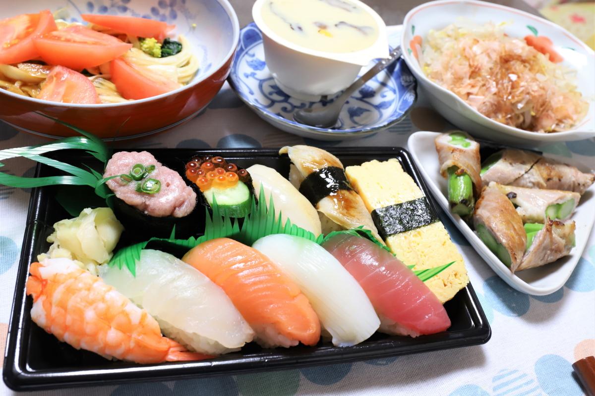 祖母(おばあ)が女子会で食べた寿司やアスパラの肉巻きなどの晩ごはん