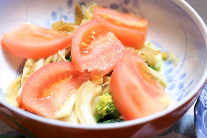 トマトや玉ねぎの醤油漬けを乗せた野菜サラダ