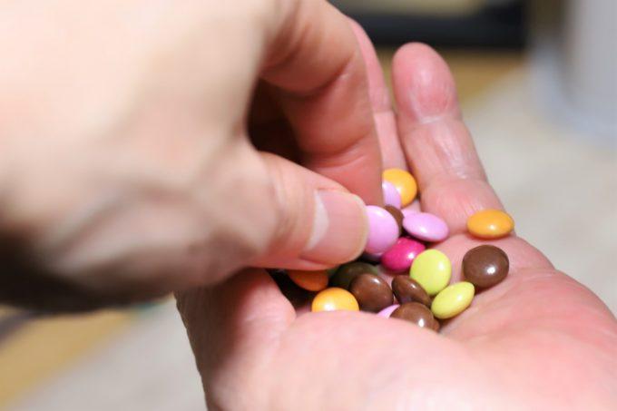 まごころの言葉チョコを手に取っているところ