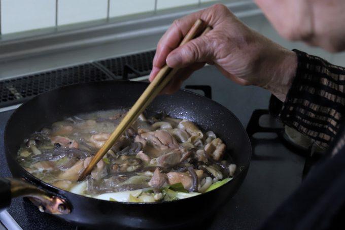 鶏肉のすき焼きを作っているところ