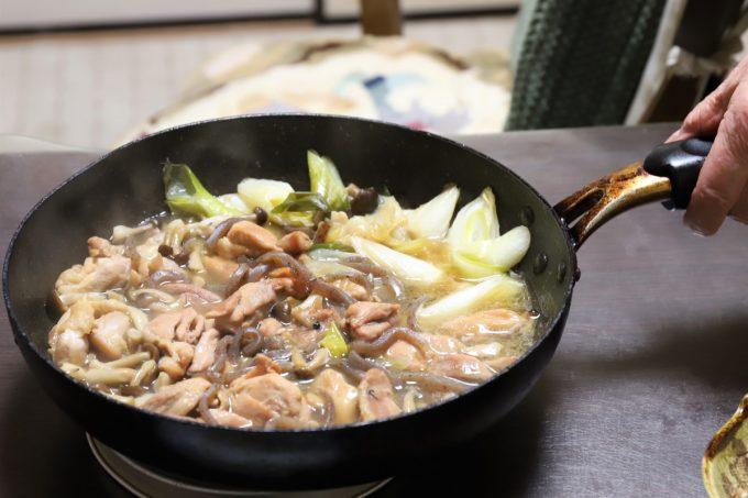 鶏肉のすき焼きの鍋を食卓に持ってきたところ