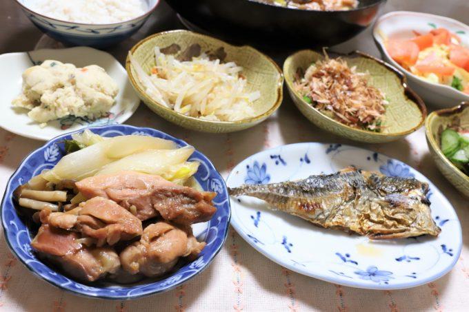 小皿に取り分けた鶏肉のすき焼きや鯵の開きなど、祖母(おばあ)が作った晩ごはん