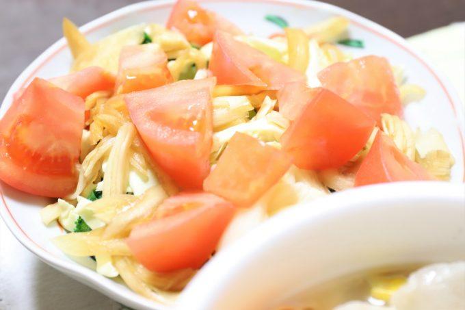 トマトと玉ねぎの醤油漬けを乗せた野菜サラダ