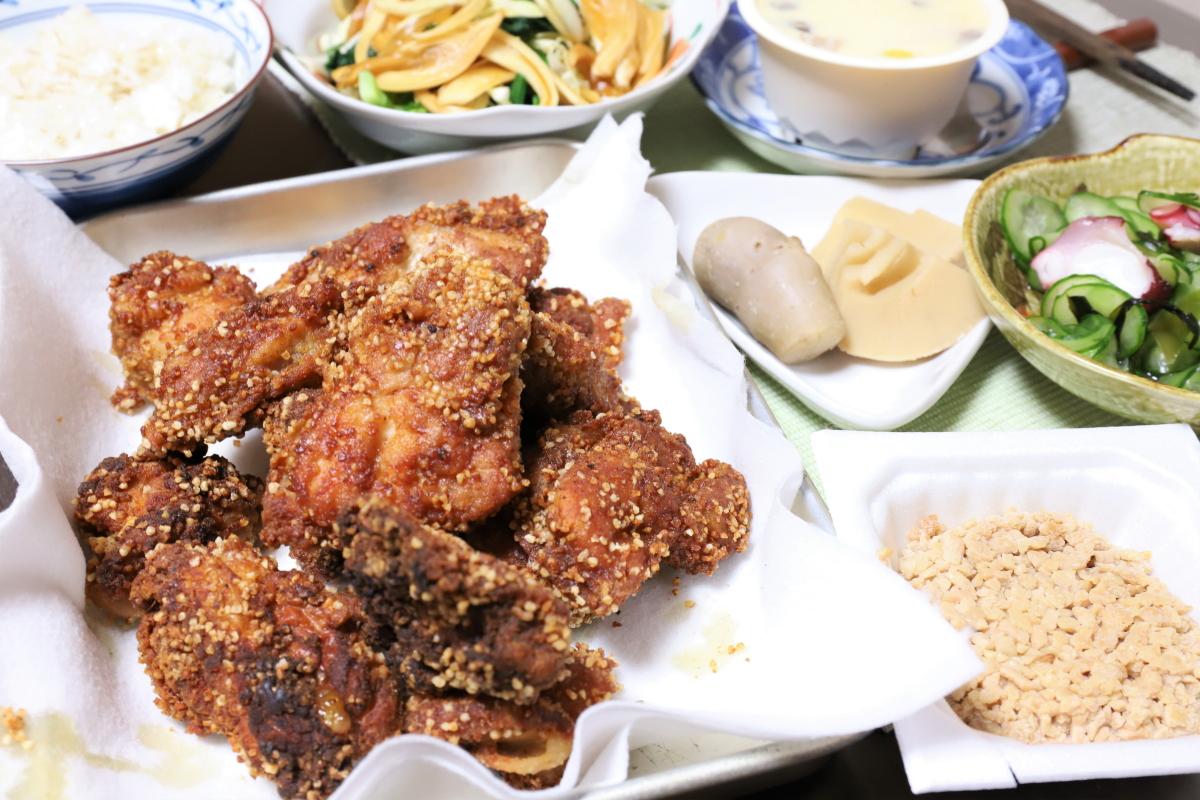 ヒガシマルの「揚げずにからあげ」を使った鶏の唐揚げや、ひきわり納豆など、祖母(おばあ)が作った晩ごはん