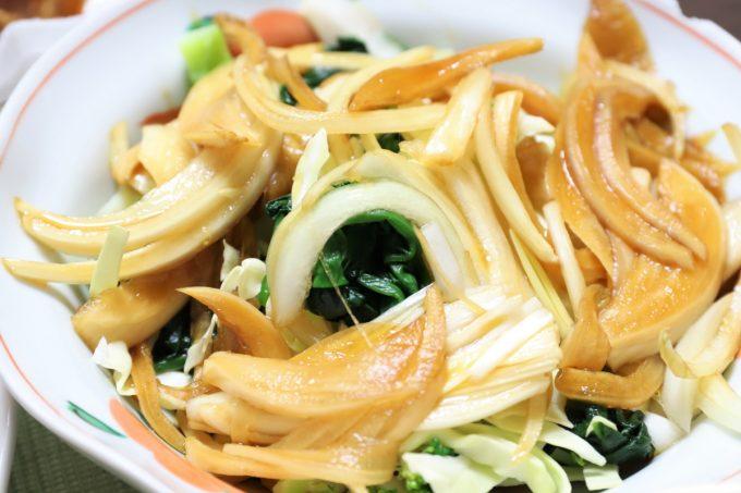 玉ねぎの醤油漬けを乗せた野菜サラダ