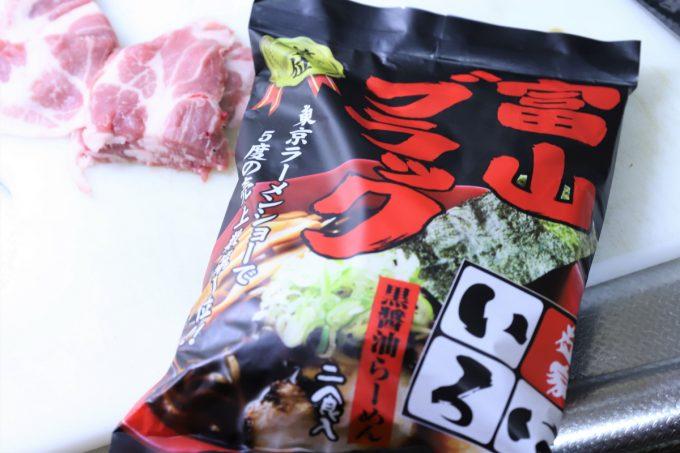 麺屋いろは「富山ブラック 黒醤油らーめん」のパッケージ