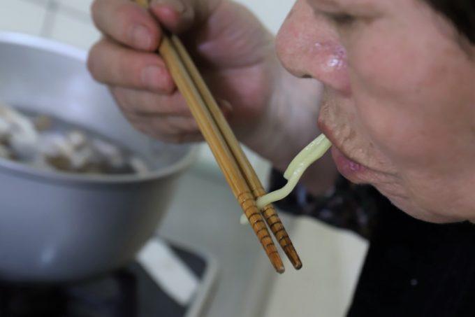 インスタントの富山ブラックラーメンの麺を味見しているところ