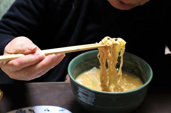 チキンラーメンの麺を祖母(おばあ)が食べようとしているところ